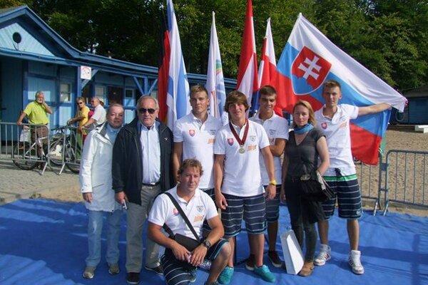 Spoločné pózovanie. Slovenská výprava na ME v Poľsku. Tréner A. Vaško senior v pokľaku, s medailou A. Vaško junior.
