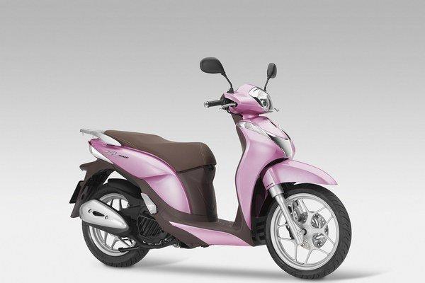 Trendový skúter Honda SH Mode 125. Na pohon skútra pre mladú generáciu slúži jednovalcový štvortaktný motor výkonu 8,4 kW.