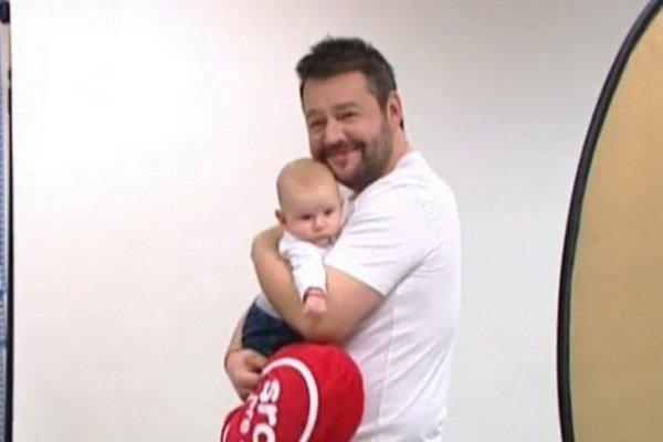Hudákovci. Malý synček robí Michalovi len samú radosť.