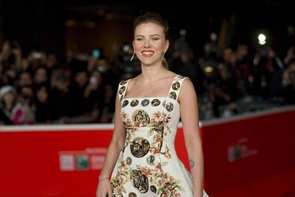 Scarlett Johansson. Zatiaľ naposledy sa divákom predstavila v dramédii Lásky Dona Jona, ktorá mala v slovenských kinách premiéru 17. septembra.