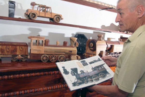 Bohumil Frajka ukazuje jednu zo svojich lokomotív.