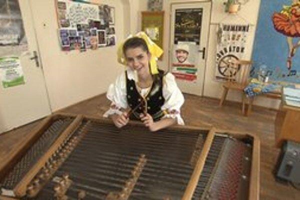Talentovaná kráska. Východniarka v pohode zahrá aj na cimbale.