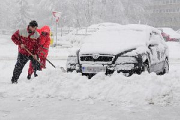 Sneh komplikuje predovšetkým dopravu.