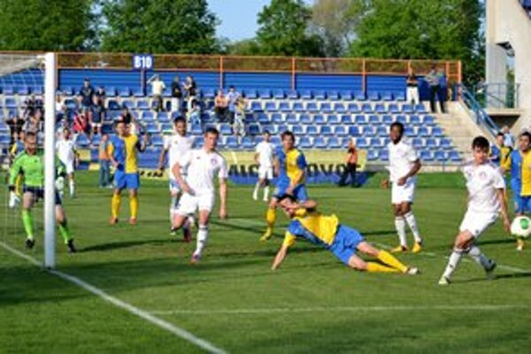 Moment, po ktorom rozhodca nariadil pokutový kop. Po súboji s hosťujúcim Kochanom (druhý zľava) padá na trávnik Michalovčan Korijkov.