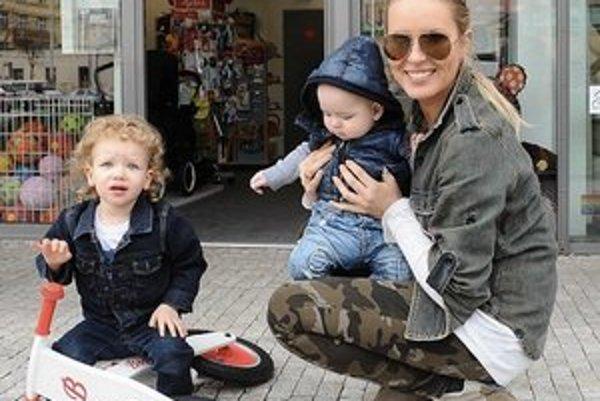 Akčná mamička. Simona s dvomi synmi zvláda zábavu aj prácu.