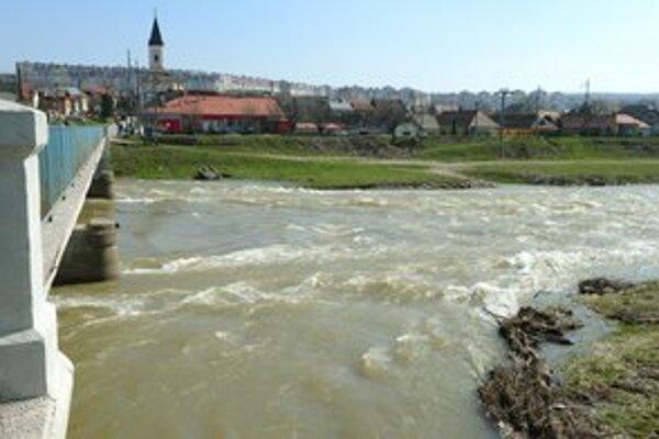 Už aj východniari s obavami pozorujú dvíhajúce sa hladiny riek.