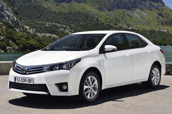 Toyota Corolla 11. generácie. Podtext: Na pohon novej Corolly sú k dispozícii tri motory, ktorých maximálny výkon pokrýva rozsah od 66 kW do 97 kW.
