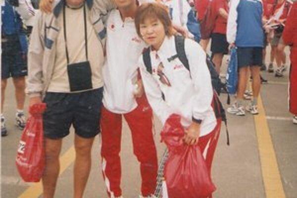 Vytrvalecké priateľstvá. Na MS v Japonsku si s Lindvaiom (vľavo) zapózoval aj miestny ultrabežec.