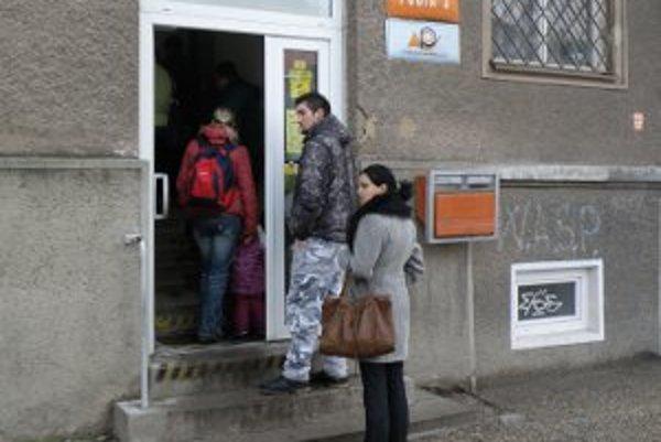 Na vybavenie na Pošte 3 ľudia v súčasnosti čakajú aj vonku.