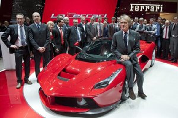 Superšportové Ferrari LaFerrari. Prezident firmy Ferrari Luca di Montezemolo musel pri premiére modelu LaFerrari donekonečna pózovať fotografom.