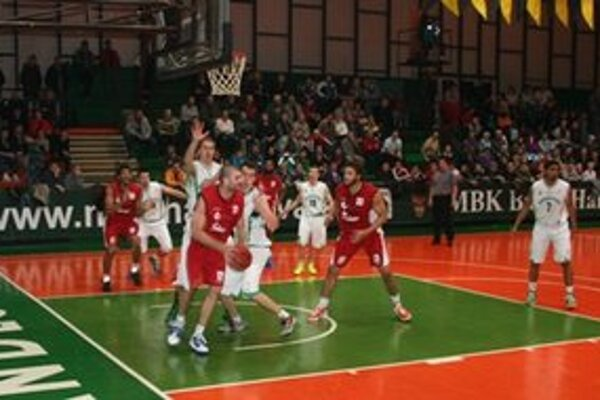 Basketbalisti Handlovej podľahli doma lídrovi extraligy z Komárna.