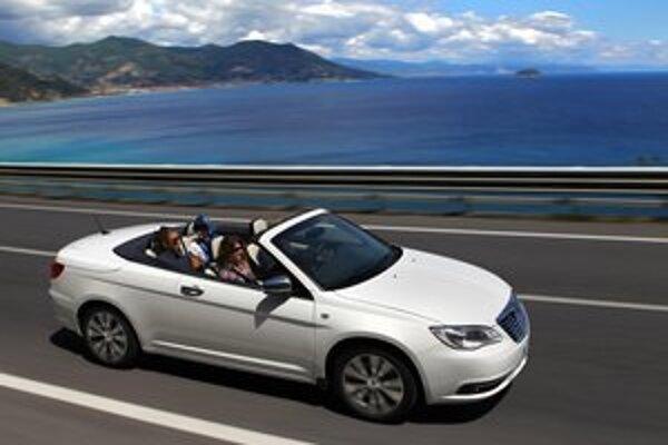 """Kabriolet Lancia Flavia. Flavia je """"preznačkovaný"""" americký kabriolet Chrysler 200."""