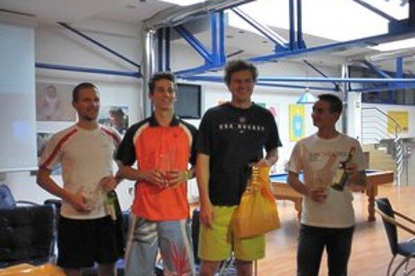 Najlepší. Zľava: Pavol Belluš (Squash Liptov), Maroš Trabalka (Squash Liptov), Ján Bánoci (Baldi squash klub), Matúš Kaletta (víťaz plate).