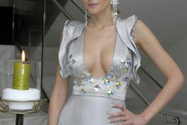 Eva Varholíková. Minulý rok očarila modelom Lukáša Kimličku. Tento rok siahla po šatách vychytenej módnej značky Marchesa.