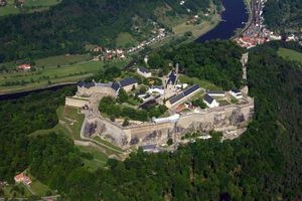 Letecký pohľad na pevnosť Königstein. Pevnosť Königstein je jednou z najväčších horských pevností v Európe a ročne ju navštívi okolo 450 000 turistov.