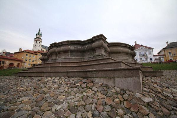 Z barokovej fontány v centre Kremnice bude po osadení svietiacej konštrukcie vianočná atrakcia.