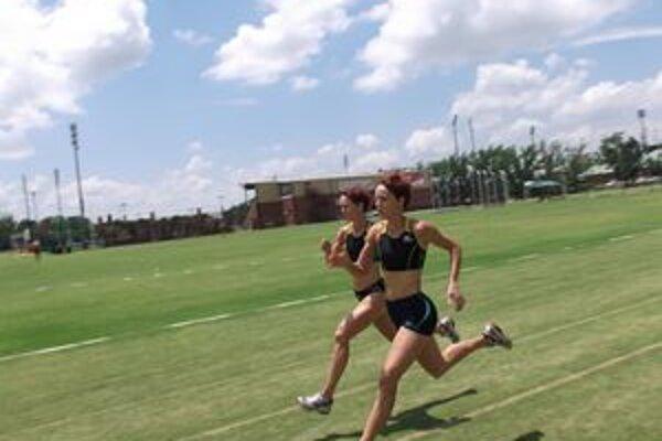 V rozpálenej Afrike. Skokanské dvojičky počas tréningu na trávnatom ihrisku v Potchefstroome.