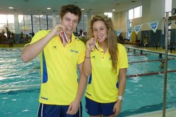 Zlaté zahryznutie. Majstri Slovenska v dvadsaťpäťmetrovom bazéne - Miroslav Čmeľ a Zuzana Mimovičová.