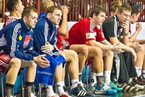 Zatiaľ iba na lavičke. Tomáš Urban (prvý zľava) počas zápasu Ligy majstrov s Kielcami.