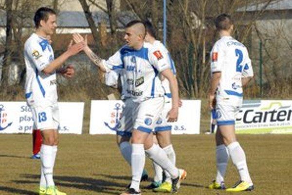 Radosť po góle. Futbalisti košickej Lokomotívy zdolali rezervu B. Bystrice rozdielom triedy.