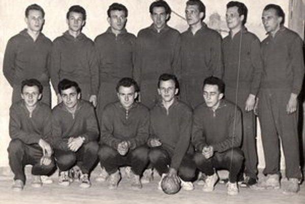 Reprezentácia Slovenska v hádzanej v roku 1958. Celkom vľavo stojí F. Tomčík, tretí sprava v stoji legendárny Vladimír Seruga, rodák z Michaloviec, majster sveta z roku 1967.