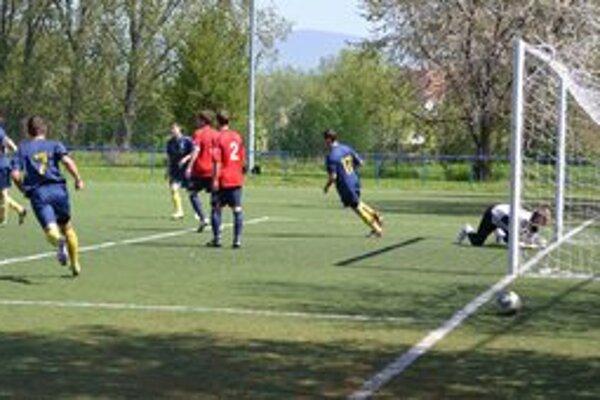 Prvý gól v sieti Stropkova. Zaznamenal ho hlavou v tridsiatej minúte zápasu kapitán michalovskej rezervy Lukáš Forgáč (druhý zľava).