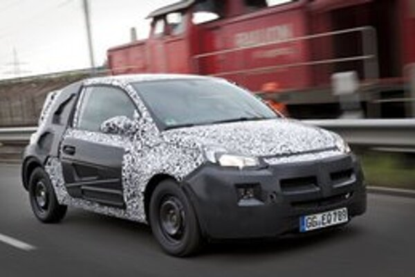 Zamaskovaný Opel Adam. Najmenší automobil značky Opel bude mať svetovú premiéru na jesennom parížskom autosalóne.
