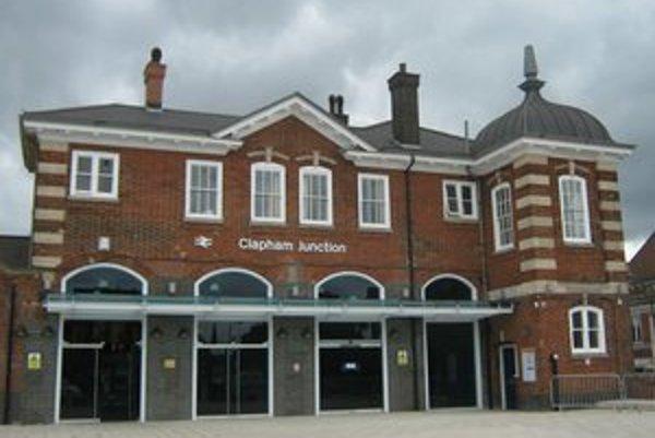 Londýnska stanica Clapham Junction. Podtext: Touto stanicou, jednou z najrušnejších v Európe, prefrčí v špičke vlak každých trinásť sekúnd.