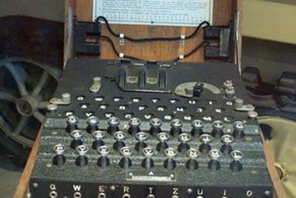 Nemecký šifrovací stroj Enigma. Turing výrazne prispel k odhaleniu kódovacieho systému tohto stroja.