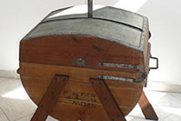Valchová drevená ručná práčka vyrobená v roku 1930.