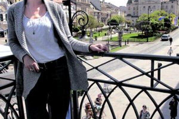 Rifle, tričko a sveter. Práve v takomto outfite sa Zuzka Kanócz cíti najlepšie.