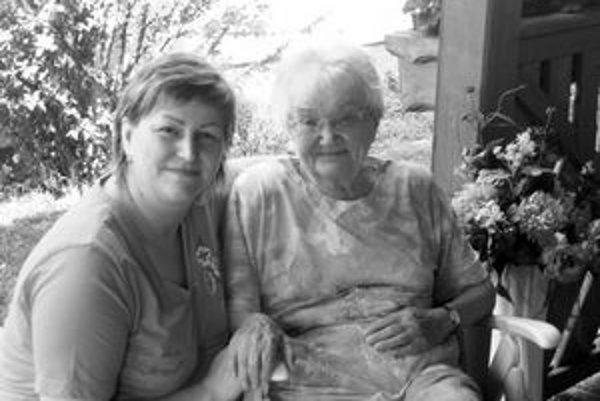 Slovenská opatrovateľka Monika, na snímke vľavo, sa stará o rakúsku 91-ročnú dôchodkyňu.