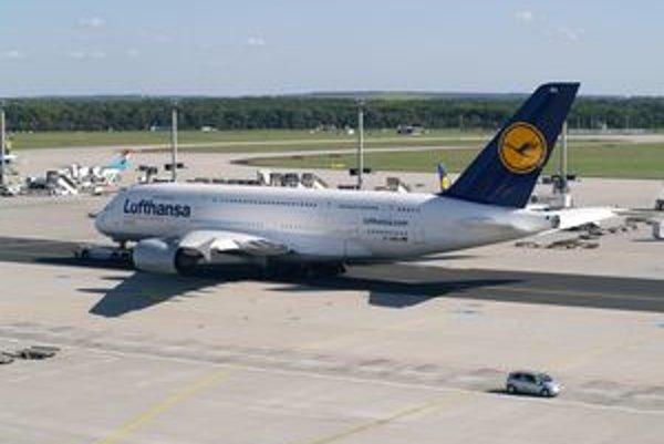 Lietadlo A380 spoločnosti Lufthansa. Lietadlo má poznávaciu značku D-AIMA a nesie meno Frankfurt am Main, keďže na frankfurtskom letisku majú tristoosemdesiatky Lufthansy svoju základňu.