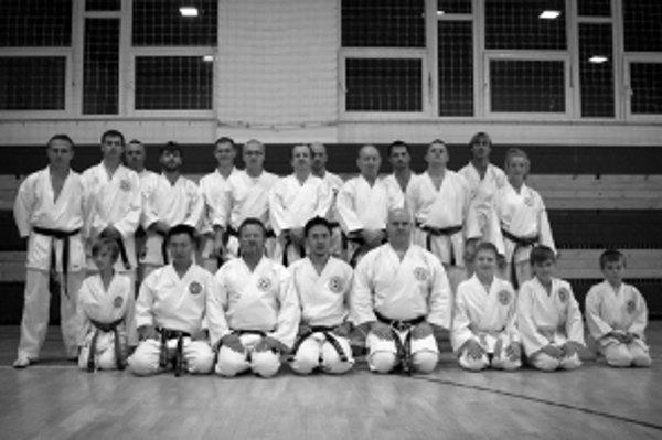 Účastníci tréningu s okinawskými majstrami karate.