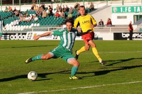 Marián Adam. Strelec druhého golu si vychutnal brankára Lučenca Mária Michalíka.