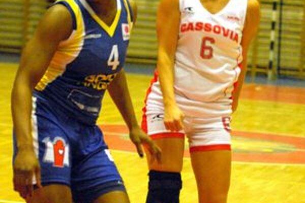 Text: Katarína Timková (vpravo) s 10 bodmi bola najlepšou strelkyňou Cassovie.