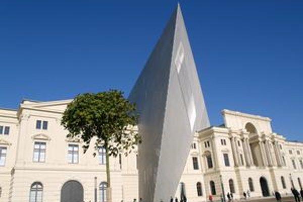 Prestavaná budova múzea. Originálnu klinovitú prístavbu navrhol americký architekt D. Libeskind.