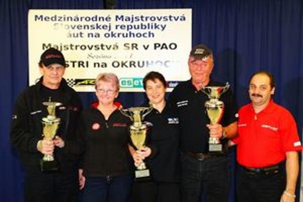 Medzi najlepšími. Julo Konček (vľavo) spolu s tímom JUKO&Company Racing Scuderia na vyhlasovaní výsledkov okruhovej sezóny.