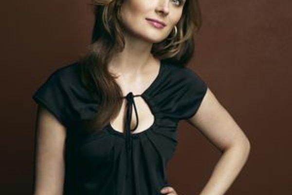 Krásna Emily Deschanel alias súdna antropologička Temperance Brennanová.
