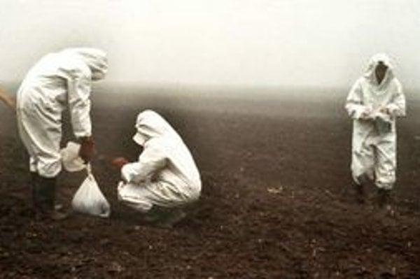 Zber vzoriek kontaminovanej pôdy. Občania z postihnutých obcí boli o katastrofe informovaní až o niekoľko dní.