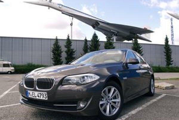 BMW 520d v dobrej spoločnosti. Nad vozidlom je sovietske nadzvukové dopravné lietadlo Tu-144, exponát technického múzea v Sinsheime.