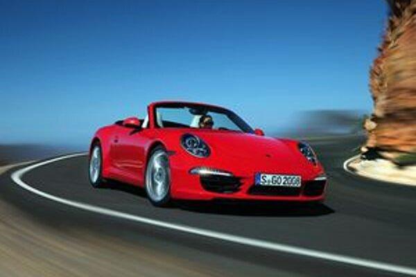 Kabriolet Porsche 911 Carrera Cabrio. Výkonnejšiu verziu Carrera S Cabrio poháňa 3,8-litrový motor s maximálnym výkonom 294 kW.
