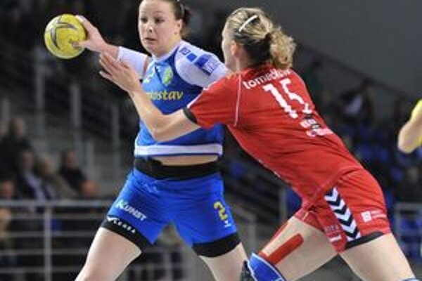 Súboj najlepších strelkýň svojich tímov. Michalovčanku Juliu Bachyrievovú (vľavo) bráni Jitka Tomečková.