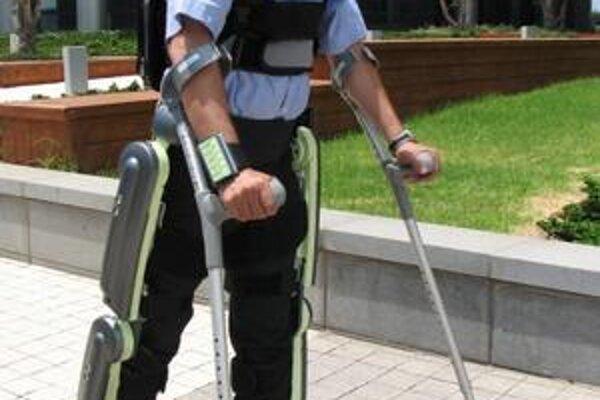 Exoskeleton ReWalk. Toto robotizované zariadenie pomáha pri chodení ľuďom, ktorí sa po vážnom úraze znovu učia chodiť.