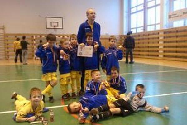 Prvá medaila. Usmiate tváre chlapcov z Junior Košice ročníka 2004 po turnaji v Rimavskej Sobote.