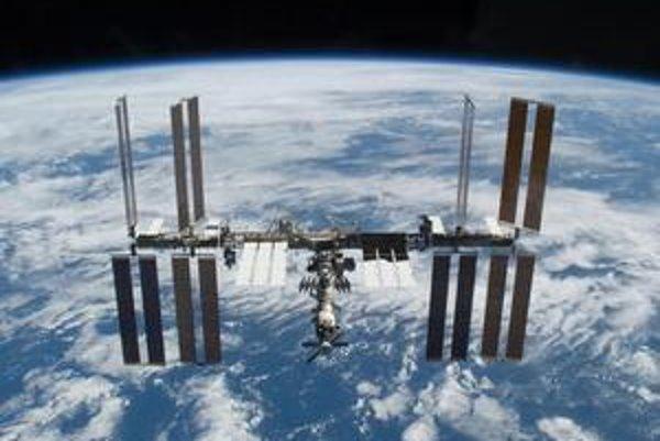 """Medzinárodná vesmírna stanica ISS. Pretože dráha stanice klesá približne 2 km za mesiac, treba stanicu z času na čas raketovými motorčekmi """"zdvihnúť""""."""