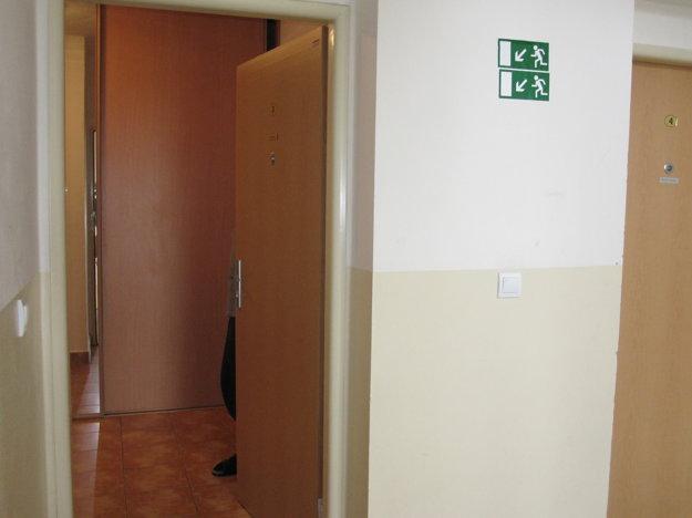 Dvere pred bytmi by mali o pár dní odstrániť.