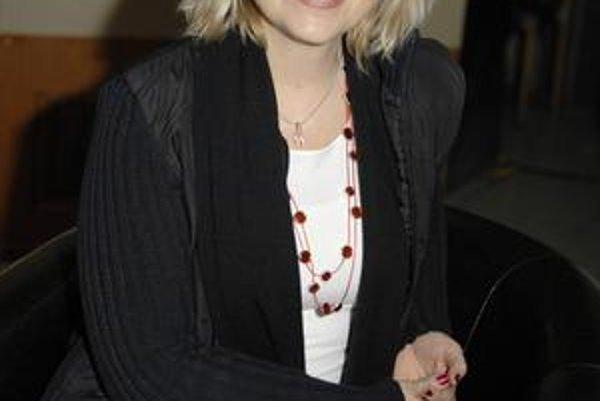 Usmievavá herečka miluje tanec, divadlo a spoločnosť.
