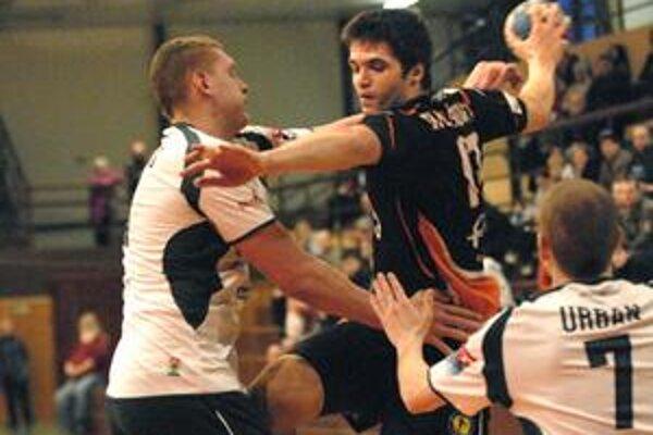 Martin Farkašovský. Dvojica hráčov Tatrana Kristopans (vľavo) a Urban sa snaží zabrániť v streľbe košickej spojke.