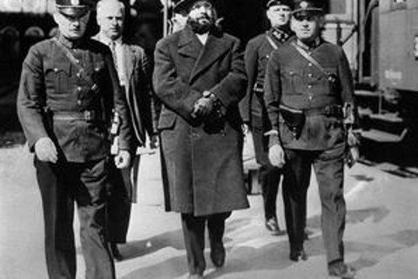 Atentátnik Silvester Matuska v sprievode policajtov.